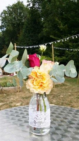 Petite composition florale pour les manges-debout extérieur, et en fond les guirlandes guinguettes