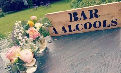 """Compositions florales et panneau """"bar à alcools"""""""