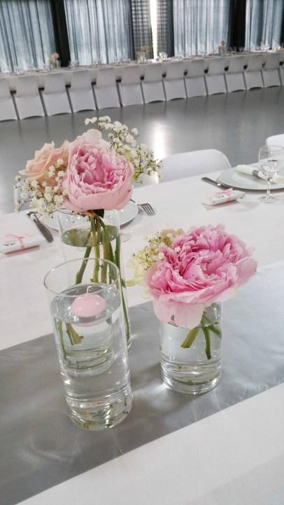Centre de table sur une base de pivoines et de roses