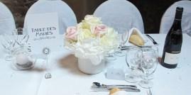 Décoration de la table d'honneur avec bouquet d'hortensia et de roses