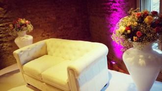 Podium des mariés avec création florale sur vase sur pied