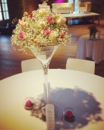 Composition florale de roses et gypsophile sur vase martini (une table sur deux)