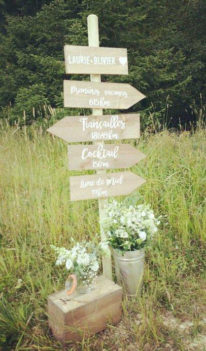Panneaux en bois et mise en scène avec compositions florales