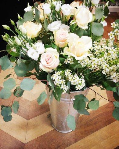 Composition florale en pot en zinc : thème couleur pastel