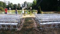 Décoration de la cérémonie : arche de cérémonie laïque, bout de banc, pétales de roses