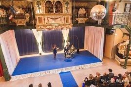 Décoration de la cérémonie laïque : voilage, satin bleu,, moquette et mobilier.