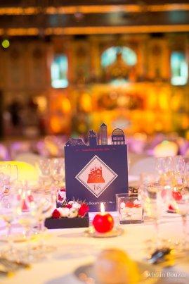 Décoration de table en bleu, rouge et blanc.