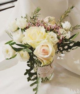 Composition florale pastel champêtre pour les petites tables
