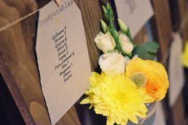 Plan de table sur palette vintage décorée de fleurs
