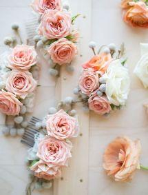 Peigne fleuri à insérer dans la coiffure de la mariée ou des invitées