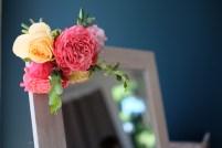 Fleurs colorées pour décoration du miroir de la mariée