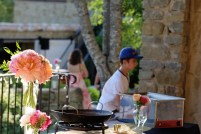 Décoration des buffet et bouquets colorés de pivoines, roses et dahlia