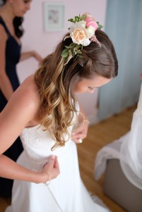 Broche fleurie pour la coiffure de la mariée
