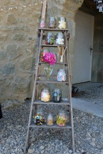 Candy bar sur escabeau vintage et petite décoration florale