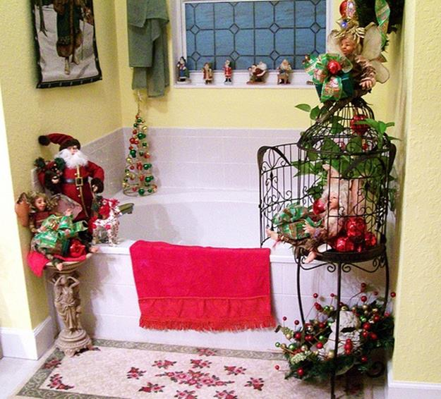 Bathroom with Holiday Wall Decor 30
