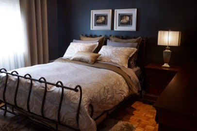 Décor classique, literie et habillage de fenêtre sur mesure, choix d'accessoires déco et de coloration