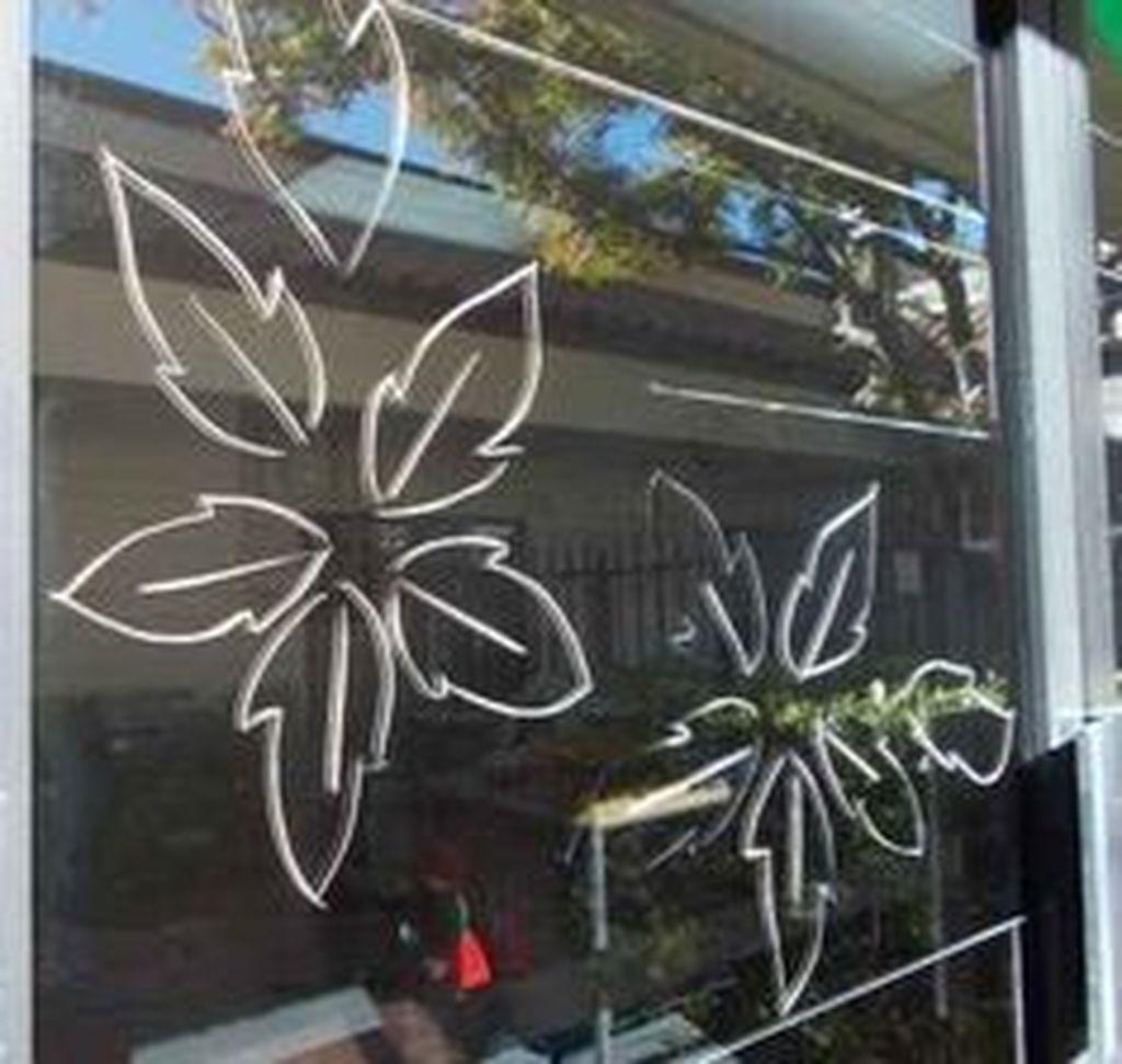 Beautiful Window Decorating Ideas For Christmas 21