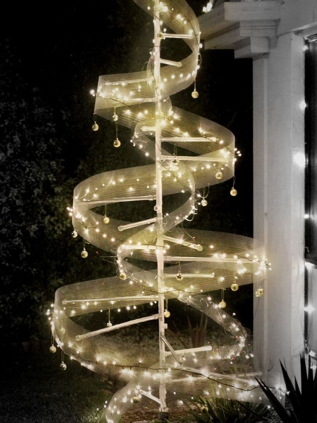 Pretty Space Decoration Ideas With Christmas Tree Lights 23