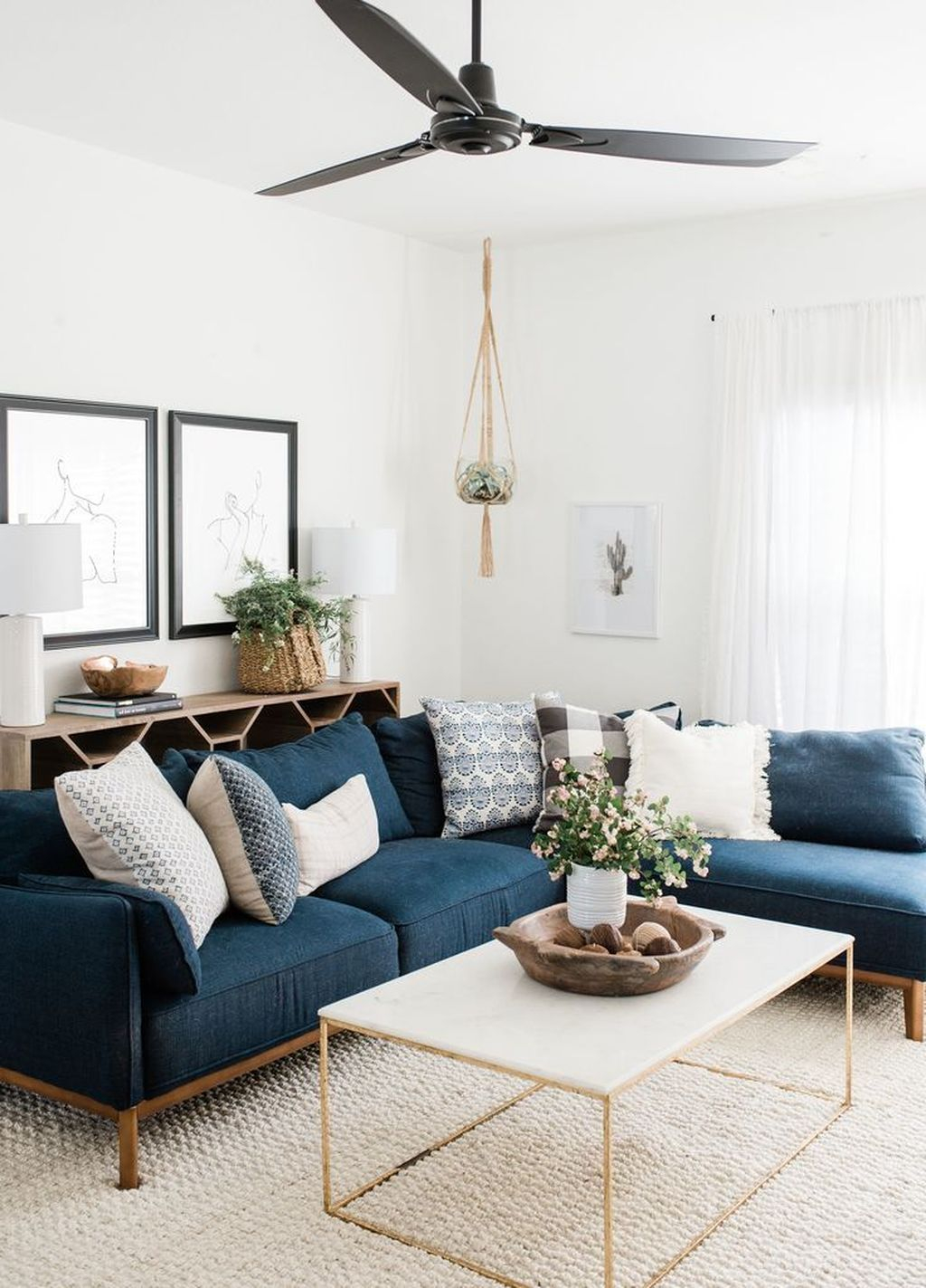 Cool Living Room Design Ideas To Make Look Confortable For Guest 40