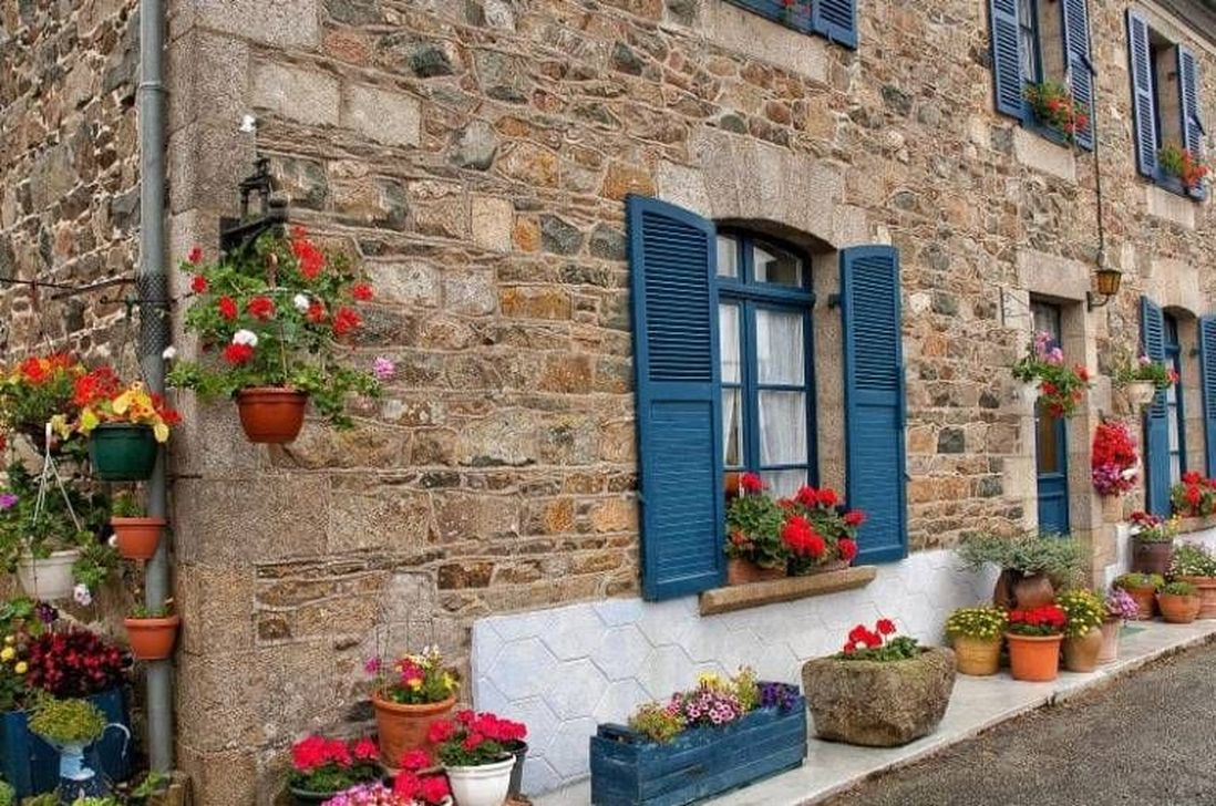 Fabulous Exterior Decoration Ideas With Flower In Window 06