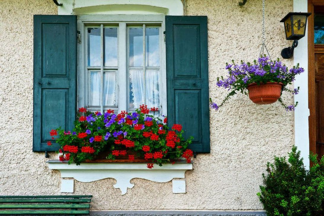 Fabulous Exterior Decoration Ideas With Flower In Window 33