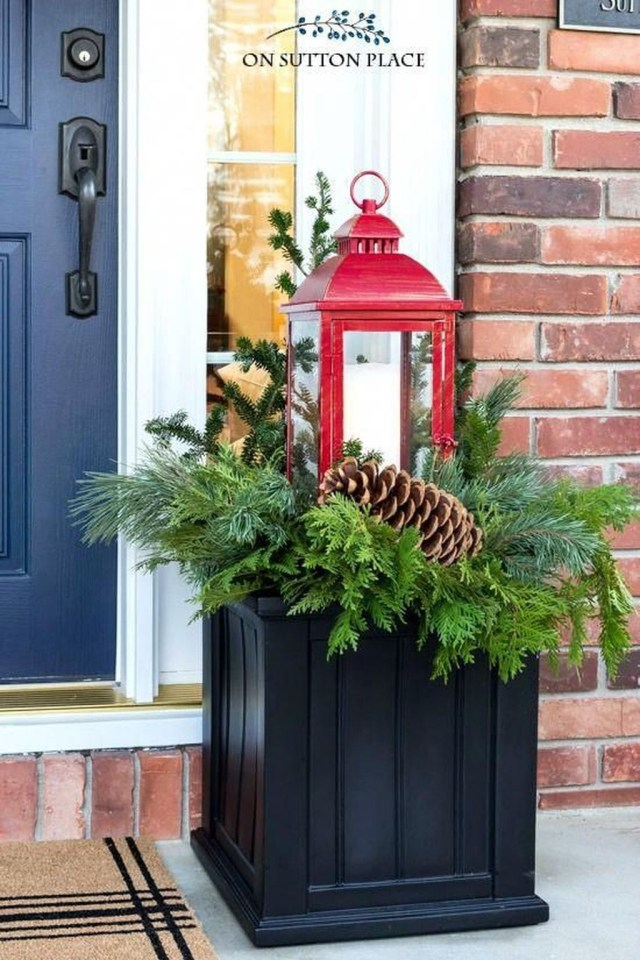 Marvelous Outdoor Holiday Planter Ideas To Beauty Porch Décor 01