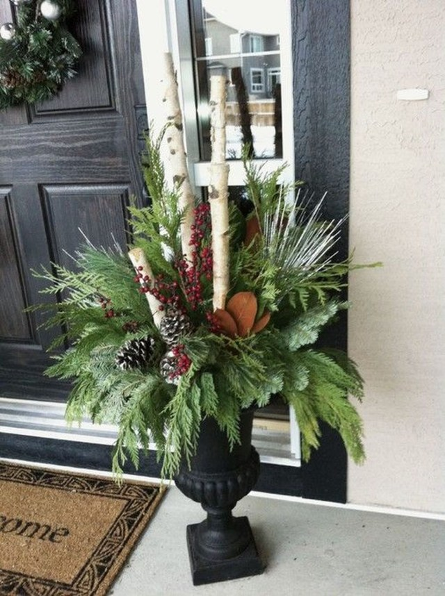 Marvelous Outdoor Holiday Planter Ideas To Beauty Porch Décor 03