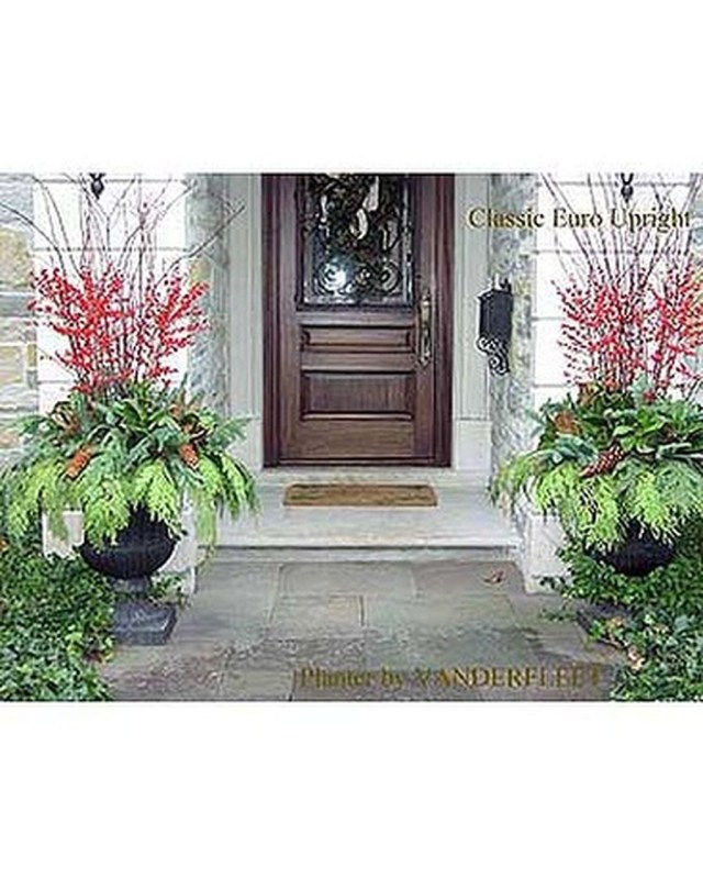 Marvelous Outdoor Holiday Planter Ideas To Beauty Porch Décor 10