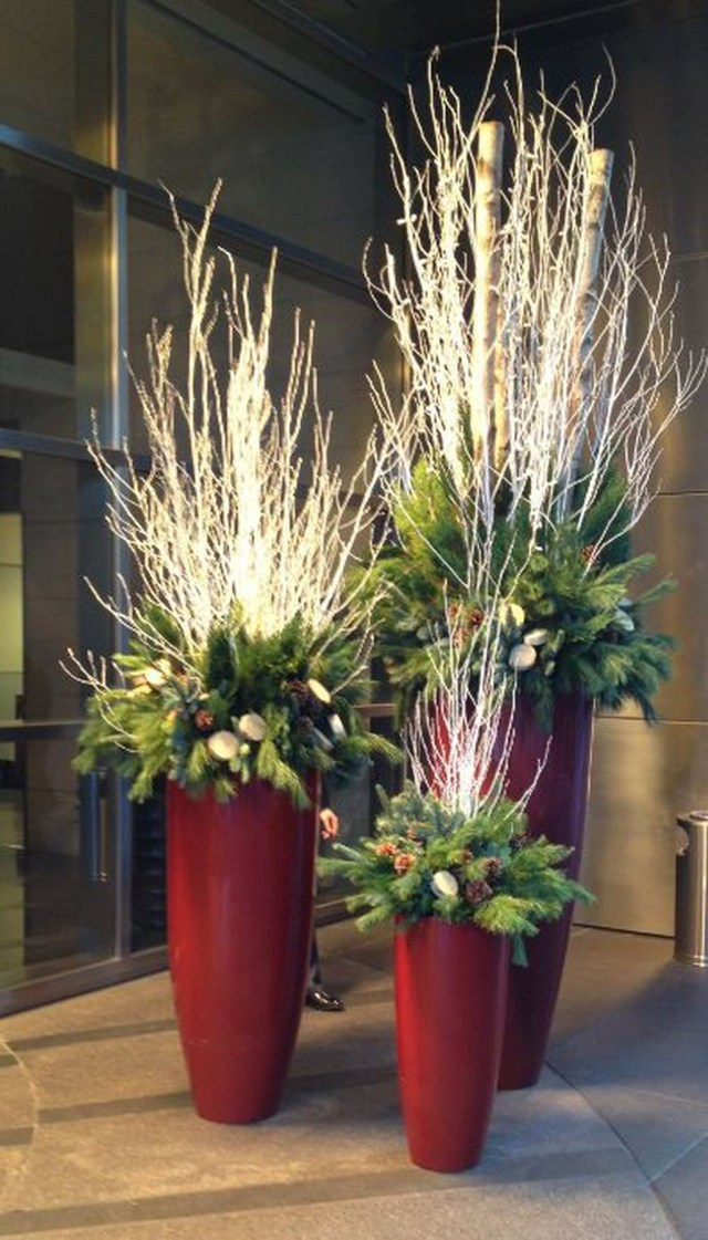 Marvelous Outdoor Holiday Planter Ideas To Beauty Porch Décor 12
