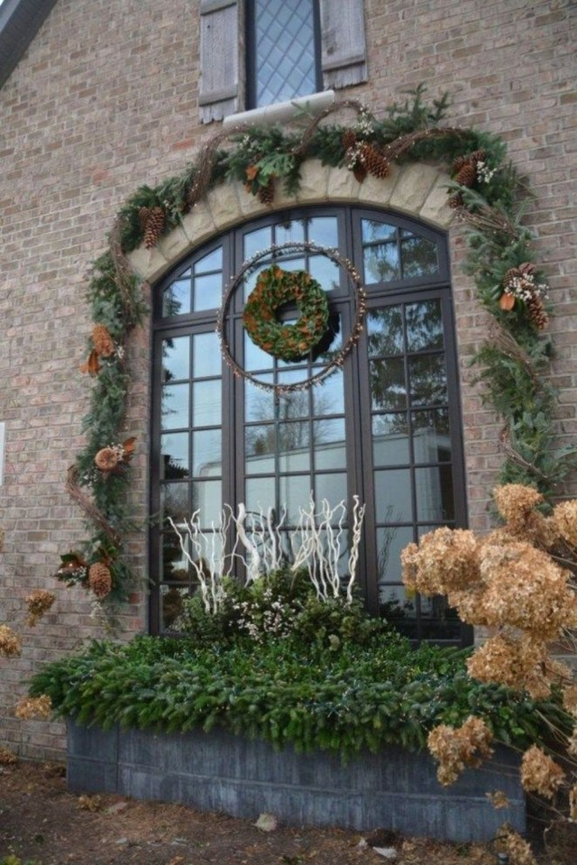 Marvelous Outdoor Holiday Planter Ideas To Beauty Porch Décor 13