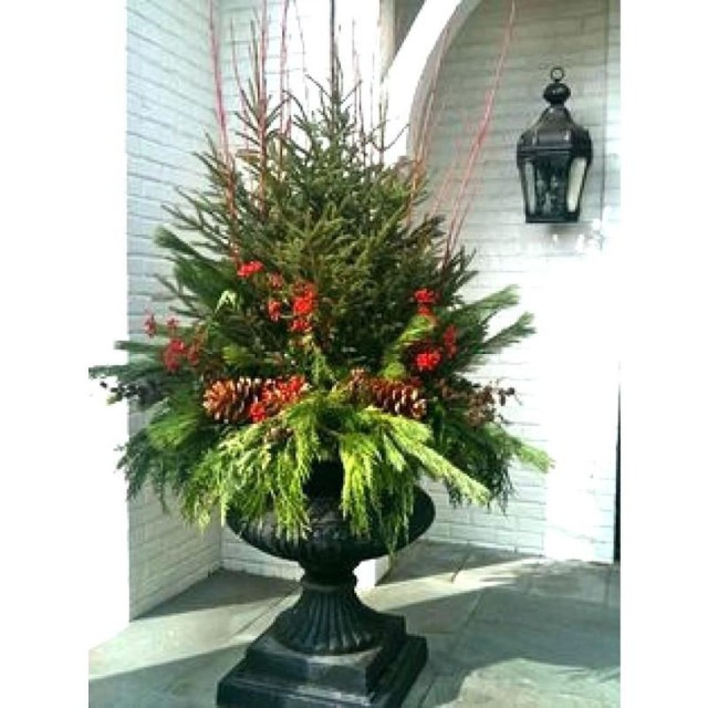 Marvelous Outdoor Holiday Planter Ideas To Beauty Porch Décor 17