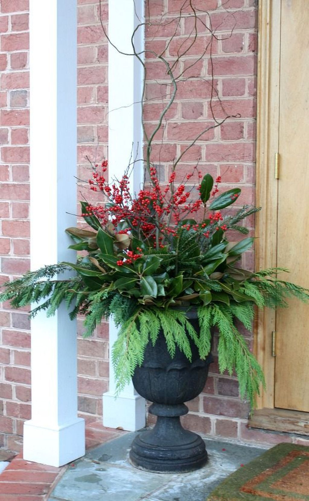 Marvelous Outdoor Holiday Planter Ideas To Beauty Porch Décor 28