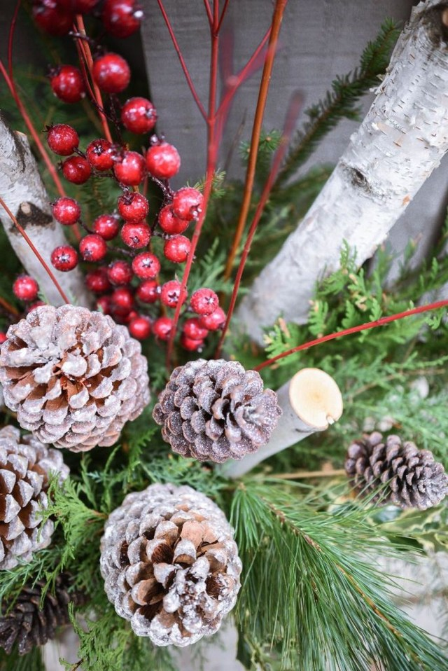 Marvelous Outdoor Holiday Planter Ideas To Beauty Porch Décor 31