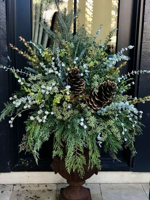 Marvelous Outdoor Holiday Planter Ideas To Beauty Porch Décor 33