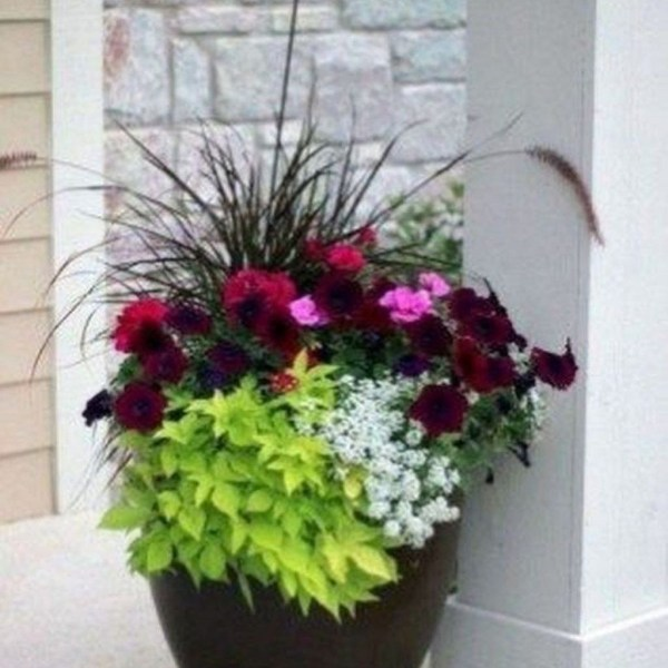 Impressive Summer Planter Design Ideas For Front Yard Decoration 44