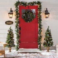 Affordable Christmas Porch Decoration Ideas To Try This Season 03