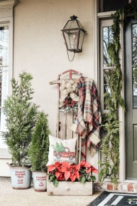 Affordable Christmas Porch Decoration Ideas To Try This Season 18
