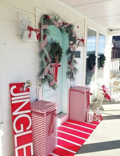 Affordable Christmas Porch Decoration Ideas To Try This Season 30