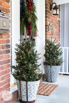 Affordable Christmas Porch Decoration Ideas To Try This Season 32