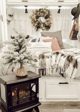 Sophisticated Christmas Rv Decorations Ideas For Valuable Moment 18