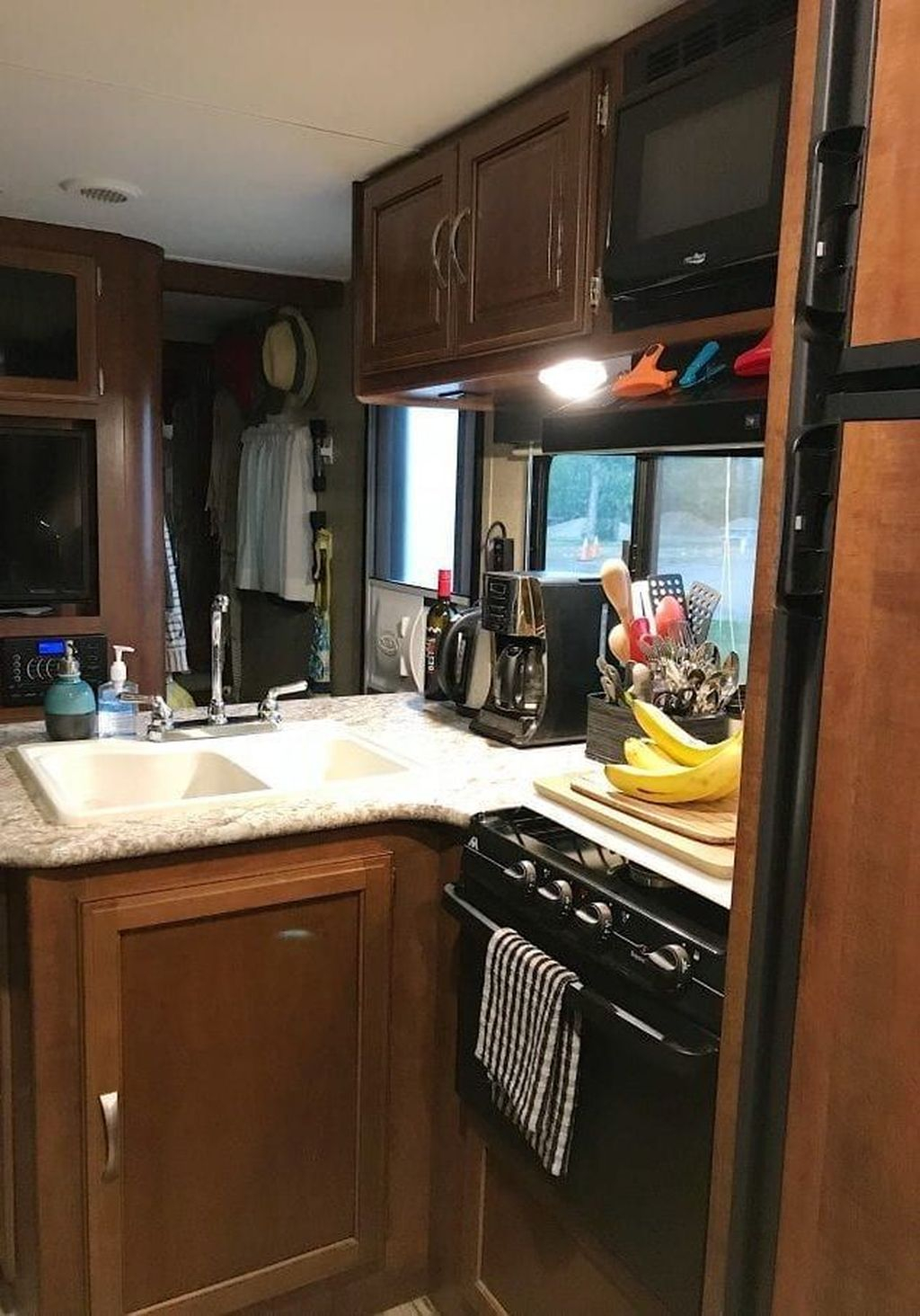 Relaxing Rv Kitchen Design Ideas For More Comfortable Cooking During The Holiday 29