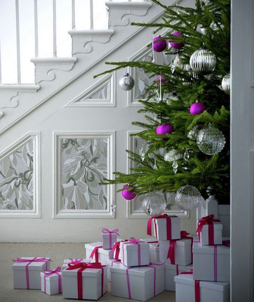 Charming Winter Staircase Design Ideas With Banister Ornaments To Try Asap 23