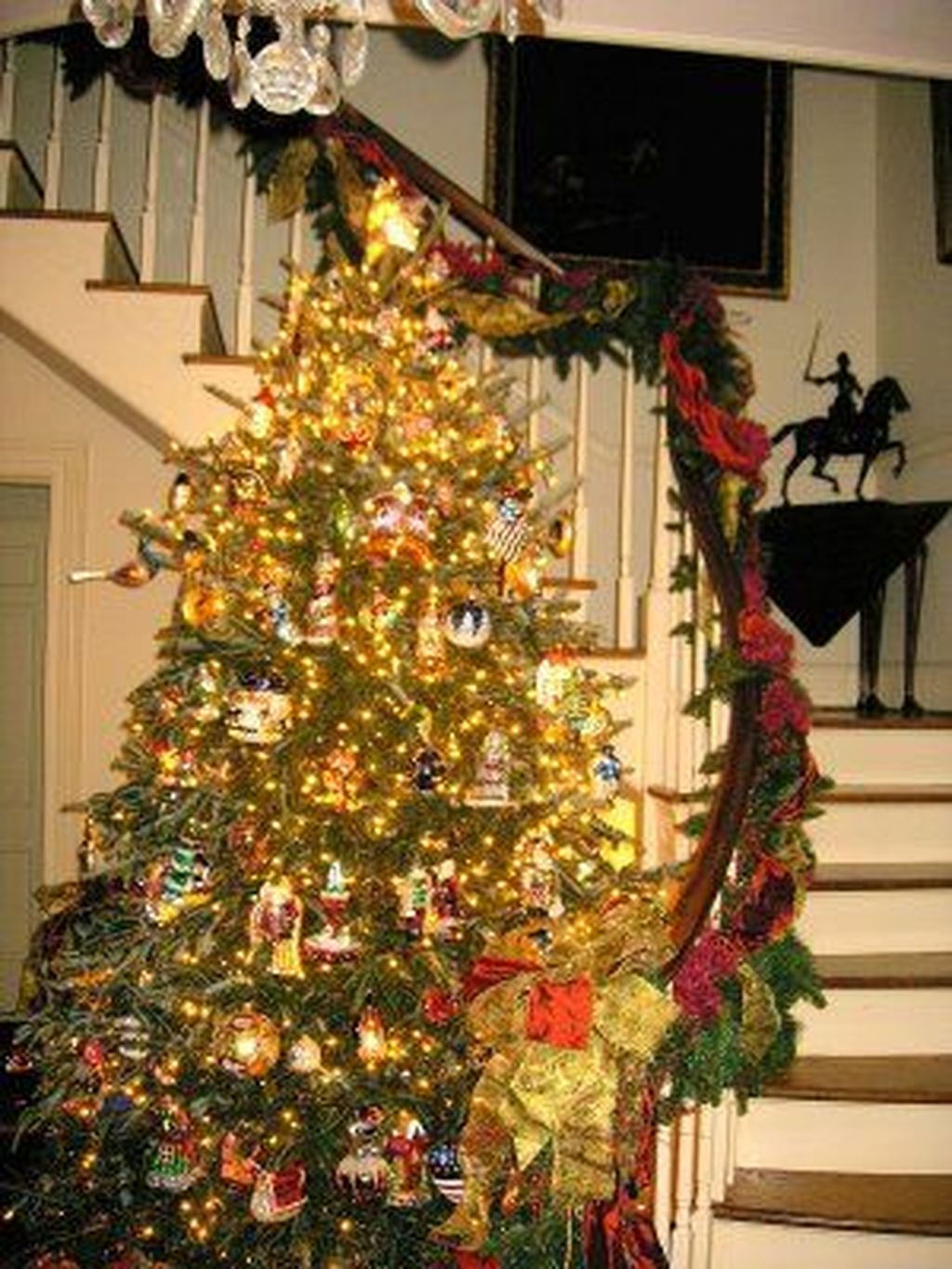 Charming Winter Staircase Design Ideas With Banister Ornaments To Try Asap 27