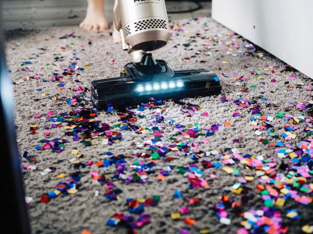 Cleaning carpet with vacuumcleaner
