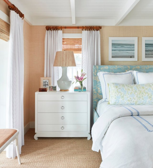 Bedroom with double bed an nightstand whit a lamp beside the bed