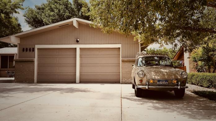 Garage with parked old timer in front of it