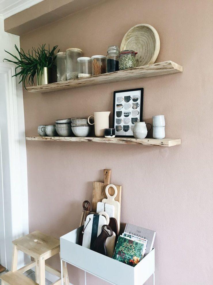 Keramik på åbne køkken hylder