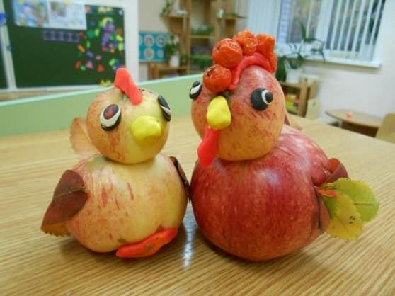 Ayam jantan dan ayam dari epal dan plastik