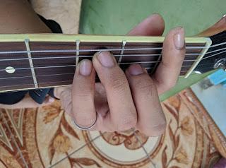 kunci gitar F gantung