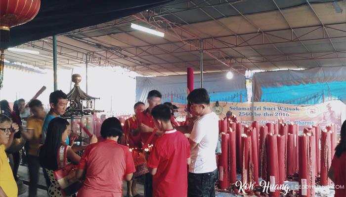 Umat Tri Dharma sedang menyalakan dupa di Klenteng Kwan Tie Kong Talang Semut Palembang